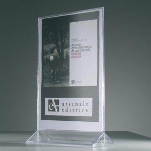 Porta avvisi in plexi bifacciale, formato A4 con base triangolare, dim. 215x350x50 mm.