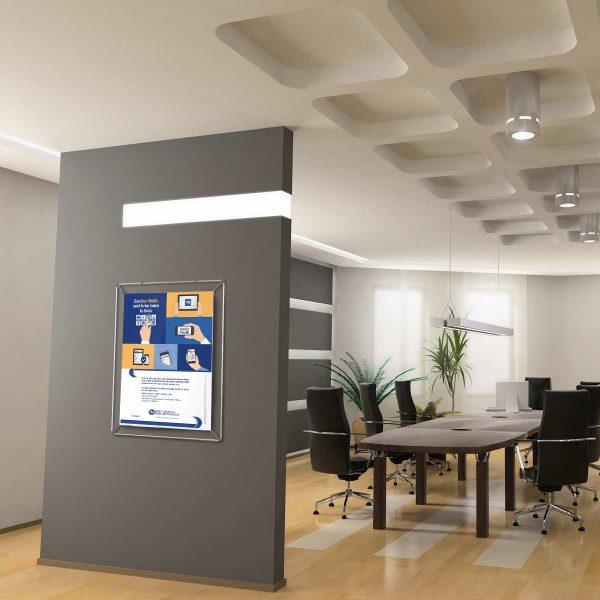 porta poster postfix su parete in sala meeting
